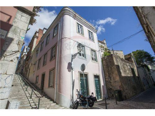Bairro Alto apartment rental consisting of the two top floors of this beautiful Lisbon townhouse