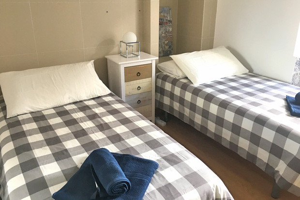 Second bedroom, with twin beds